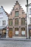 Bâtiments typiques et rue pavée en cailloutis à Bruges Image libre de droits