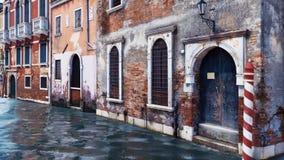 Bâtiments vénitiens antiques le long du canal de l'eau illustration stock