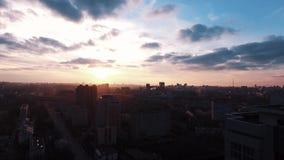 Bâtiments vivants de secteur de dortoir de vue aérienne au beau lever de soleil clips vidéos
