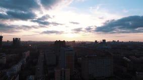 Bâtiments vivants de tir de secteur aérien de dortoir au beau coucher du soleil banque de vidéos