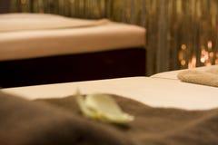 Bâtis de massage avec des rideaux en or photo stock