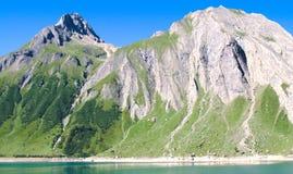 Bâtis et lac, Alpes Photographie stock libre de droits