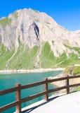 Bâtis et lac, Alpes Images stock