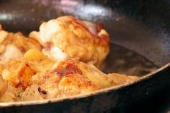 Bâton d'aile de poulet frit en huile chaude Photo stock