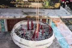 Bâton d'encens dans le pot avec la cendre Image stock