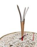 Bâton d'encens dans le pot de bâton d'encens sur le fond blanc Image libre de droits