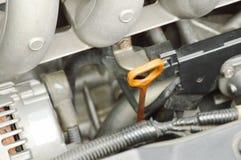 Bâton d'indicateur de niveau de l'huile pour vérifier le niveau de lubrifiant dans le moteur de voiture photo stock