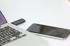 Bâton d'Usb branché sur le côté droit de l'ordinateur portable Photo libre de droits
