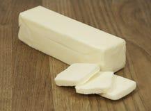 Bâton de beurre sur le conseil en bois images libres de droits