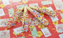 Bâton de biscuit enduit de l'arc-en-ciel Images libres de droits