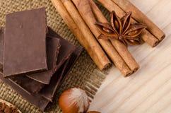 Bâton de cannelle, anis d'étoile et chocolat avec des écrous Image stock