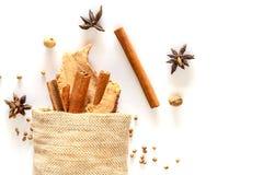 Bâton de cannelle et gingembre sec dans le sac avec des épices Photo stock