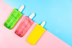 Bâton de crème glacée sur le fond de couleur photos stock