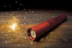 Bâton de dynamite de Lit sur l'étage photographie stock libre de droits
