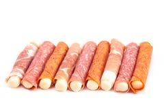 Bâton de fromage de mozzarella enveloppé en viande traitée un grand casse-croûte pour photos libres de droits