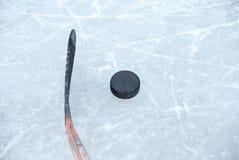 Bâton de hockey et galet de glace Image libre de droits