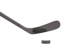 Bâton de hockey et galet de glace noire image libre de droits