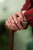 Bâton de marche aîné handicapé avec un sourire photographie stock