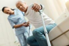 Bâton de marche professionnel tenu par un gentil homme plus âgé photo libre de droits