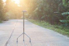 Bâton de marche s'étendant sur la rue à l'arrière-plan de matin, personnel c Photo stock