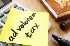 Bâton de note avec l'impôt ad valorem de mots photographie stock