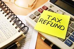 Bâton de note avec le remboursement d'impôt fiscal de mots photographie stock libre de droits