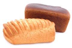 Bâton de pain de blé et de seigle sur le fond blanc Photo stock