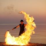 Bâton de tournoiement du feu de silhouette élégante de danseur Photo stock