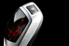 Bâton de vitesse automatique d'une voiture moderne d'isolement sur le fond noir détails modernes d'intérieur de voiture Fermez-vo image libre de droits