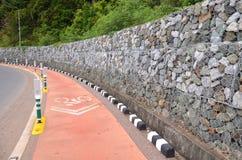 Bâton de voies pour bicyclettes avec la plage Photo stock