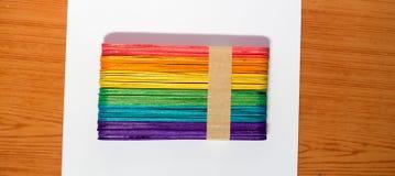 bâton en bois coloré de crème glacée  Photo stock