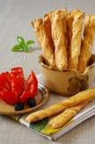 Bâton français avec la tomate et les olives dans la terre cuite Photographie stock