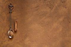 Bâton simple de cannelle avec des couverts de poudre et de vintage Photographie stock