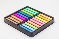 Bâtons colorés de craie dans un ensemble de boîte Images libres de droits