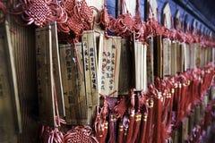 Bâtons colorés de prière en Chine Photographie stock libre de droits