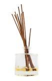 Bâtons d'arome dans un flacon en verre d'isolement Photo stock