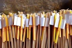 Bâtons d'encens, bougies et feuilles d'or à vendre Photos stock