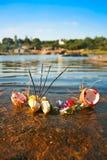 Bâtons d'encens brûlants dans fruits sur la rive Photo libre de droits