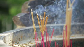 Bâtons d'encens dans le temple en Asie banque de vidéos