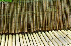 Bâtons de bambou brun et vert dans le modèle différent de nuances images stock