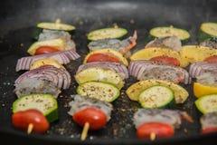 Bâtons de barbecue avec de la viande et des légumes Image libre de droits
