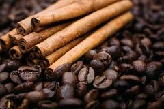 Bâtons de café et de cannelle Image stock