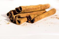 Bâtons de cannelle aromatiques, sur un fond blanc Image stock