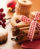 Bâtons de cannelle avec quelques biscuits et baies photographie stock