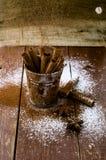 Bâtons de cannelle dans le seau Photos libres de droits