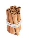bâtons de cannelle de paquet de fond blancs Images stock