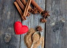 Bâtons de cannelle et étoiles d'anis sur le fond en bois rustique Image libre de droits