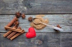 Bâtons de cannelle et étoiles d'anis sur le fond en bois rustique Images libres de droits