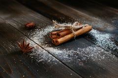 Bâtons de cannelle frais sur la table en bois noire Images libres de droits