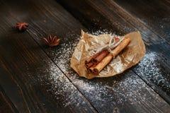 Bâtons de cannelle frais sur la table en bois noire Photos libres de droits